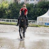 Ragazza che monta un cavallo Immagine Stock