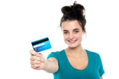 Ragazza che mostra la sua scheda di contanti, braccio allungato fuori Fotografia Stock