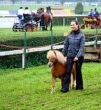 Ragazza che mostra un mini cavallino Immagine Stock