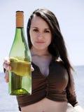 Ragazza che mostra una bottiglia Fotografie Stock