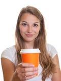 Ragazza che mostra una tazza di caffè Immagine Stock