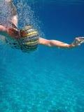 Ragazza che nuota underwater Fotografia Stock Libera da Diritti