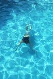 Ragazza che nuota underwater in chiaro acqua dello stagno Fotografia Stock Libera da Diritti