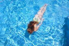 Ragazza che nuota underwater nel raggruppamento Fotografia Stock Libera da Diritti