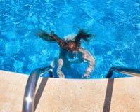 Ragazza che nuota underwater nel raggruppamento Immagini Stock Libere da Diritti