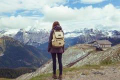 ragazza che osserva le montagne Immagine Stock