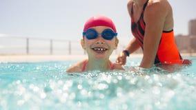Ragazza che ottiene lezione di nuoto nello stagno fotografia stock libera da diritti