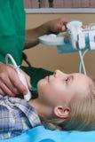 Ragazza che ottiene ultrasuono di una tiroide da medico fotografie stock libere da diritti