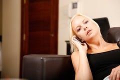 Ragazza che parla con Smartphone Fotografia Stock Libera da Diritti