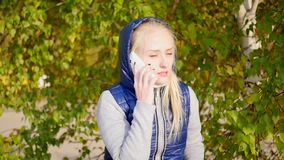 Ragazza che parla sul telefono stock footage