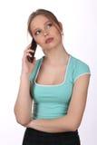 Ragazza che parla sul telefono Fine in su Priorità bassa bianca Immagini Stock