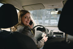 Ragazza che parla sul telefono nell'automobile Immagini Stock Libere da Diritti