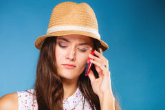 Ragazza che parla sullo smartphone del telefono cellulare Immagini Stock