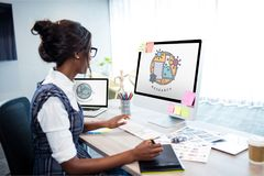 Ragazza che per mezzo dei computer con le icone di istruzione sullo schermo Fotografie Stock Libere da Diritti