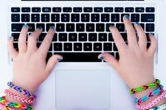 Ragazza che per mezzo del computer portatile Fotografia Stock Libera da Diritti