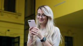 Ragazza che per mezzo del suo smartphone per mandare un sms ed inviare alle foto Donna che passa in rassegna Internet facendo uso video d archivio