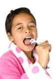 Ragazza che per mezzo del toothbrush come microfono Fotografie Stock Libere da Diritti