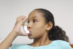 Ragazza che per mezzo dell'inalatore di asma Fotografia Stock Libera da Diritti