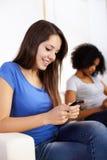 Ragazza che per mezzo di un telefono mobile Immagine Stock Libera da Diritti