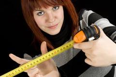 Ragazza che per mezzo di uno strumento di nastro di misurazione Immagini Stock
