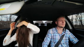 Ragazza che pettina capelli nell'automobile video d archivio