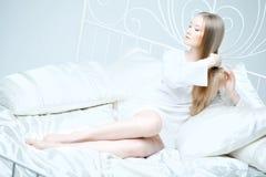 Ragazza che pettina i suoi capelli in base Fotografie Stock
