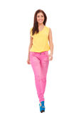 Ragazza che porta camicetta gialla e camminare dentellare dei jeans fotografia stock libera da diritti