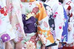 Ragazza che porta kimono giapponese che sta davanti al tempio di Sensoji a Tokyo, Giappone Il kimono è un indumento tradizionale  fotografia stock
