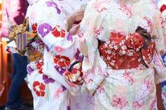 Ragazza che porta kimono giapponese che sta davanti al tempio di Sensoji a Tokyo, Giappone Il kimono è un indumento tradizionale  immagine stock libera da diritti
