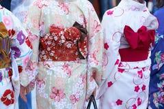 Ragazza che porta kimono giapponese che sta davanti al tempio di Sensoji a Tokyo, Giappone Il kimono è un indumento tradizionale  fotografia stock libera da diritti