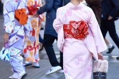 Ragazza che porta kimono giapponese che sta davanti al tempio di Sensoji a Tokyo, Giappone Il kimono è un indumento tradizionale  immagini stock libere da diritti