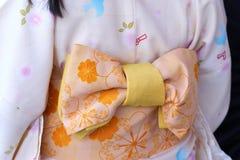 Ragazza che porta kimono giapponese che sta davanti al tempio di Sensoji a Tokyo, Giappone Il kimono è un indumento tradizionale  fotografie stock libere da diritti