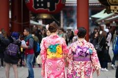 Ragazza che porta kimono giapponese che sta davanti al tempio di Sensoji a Tokyo, Giappone Il kimono è un indumento tradizionale  immagini stock