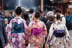 Ragazza che porta kimono giapponese che sta davanti al tempio di Sensoji a Tokyo, Giappone Il kimono è un indumento tradizionale  immagine stock
