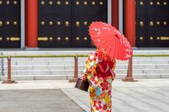 Ragazza che porta kimono giapponese che sta davanti al tempio di Sensoji a Tokyo, Giappone Il kimono ? un indumento tradizionale  fotografie stock libere da diritti