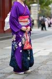 Ragazza che porta kimono giapponese che sta davanti al tempio di Sensoji a Tokyo, Giappone Il kimono ? un indumento tradizionale  immagine stock libera da diritti