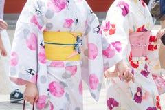Ragazza che porta kimono giapponese che sta davanti al tempio di Sensoji a Tokyo, Giappone Il kimono ? un indumento tradizionale  fotografia stock libera da diritti