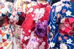 Ragazza che porta kimono giapponese che sta davanti al tempio di Sensoji a Tokyo, Giappone Il kimono ? un indumento tradizionale  fotografie stock