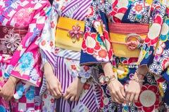 Ragazza che porta kimono giapponese che sta davanti al tempio di Sensoji a Tokyo, Giappone Il kimono ? un indumento tradizionale  immagini stock libere da diritti