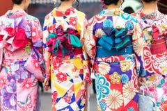 Ragazza che porta kimono giapponese che sta davanti al tempio di Sensoji a Tokyo, Giappone Il kimono ? un indumento tradizionale  immagini stock