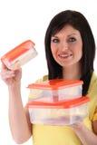 Ragazza che porta le scatole ermetiche Fotografia Stock