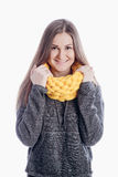 Ragazza che porta una sciarpa spessa Fotografie Stock