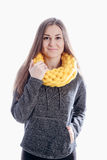 Ragazza che porta una sciarpa spessa Immagini Stock