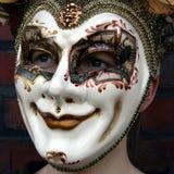 Ragazza che porta uno sguardo fisso normale della mascherina veneziana di carnevale Fotografia Stock Libera da Diritti