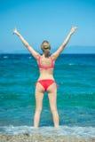 Ragazza che posa alla spiaggia Fotografie Stock Libere da Diritti