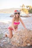 Ragazza che posa alla spiaggia con il cappello Immagini Stock
