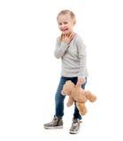 Ragazza che posa con il suo orsacchiotto, isolato Immagini Stock Libere da Diritti