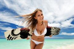 Ragazza che posa con un aquilone del surf Fotografia Stock Libera da Diritti