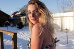 Ragazza che posa dopo la sauna fotografie stock libere da diritti