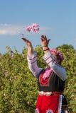 Ragazza che posa durante il festival di raccolto di Rosa in Bulgaria Immagini Stock